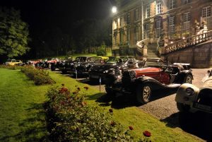 Rassemblement de voitures anciennes au château de Trélon.