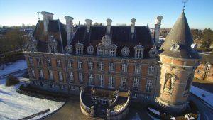 La façade du château de Trélon en hiver.